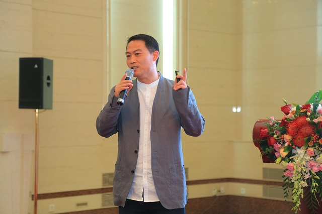 资深室内建筑师韩居峰以《共创,共享,共生——数字时代的设计与家居》为题发表演讲。