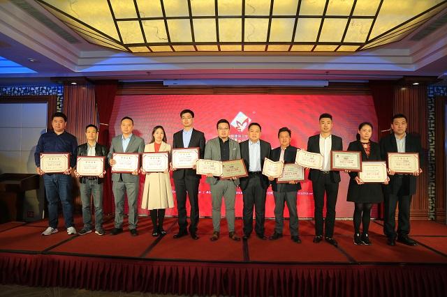 """经过公正严格的评选,""""2019年度中国建筑卫生陶瓷十大品牌榜""""在颁奖盛典上""""新鲜出炉"""",获奖品牌受到隆重表彰。"""