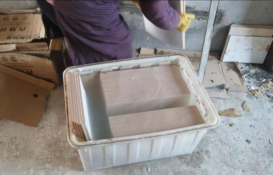 疑问?瓷砖铺贴前要不要泡水?