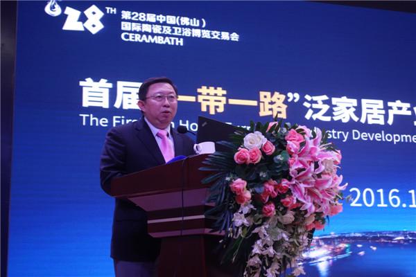 """中国—东盟商务理事会执行理事长许宁宁以""""泛家居产业在东盟的机遇和挑战""""为主题作演讲。"""