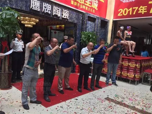 鹰牌陶瓷克拉玛依旗舰店盛大开业,受到当地市民的热捧