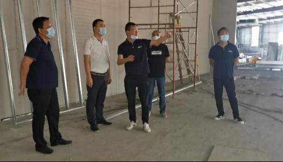 新润成陶瓷总经理关伟洪视察新润成陶瓷新总部展厅工地并指导工作